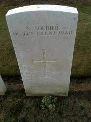 Grafzerk voor onbekende Britse soldaat op Tyne Cot Cemetery. Foto: Pim Huijnen © all rights reserved