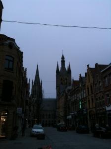 Blik vanuit het noorden op de torens van de kathedraal en de belfort van Ieper. Foto: Pim Huijnen © all rights reserved